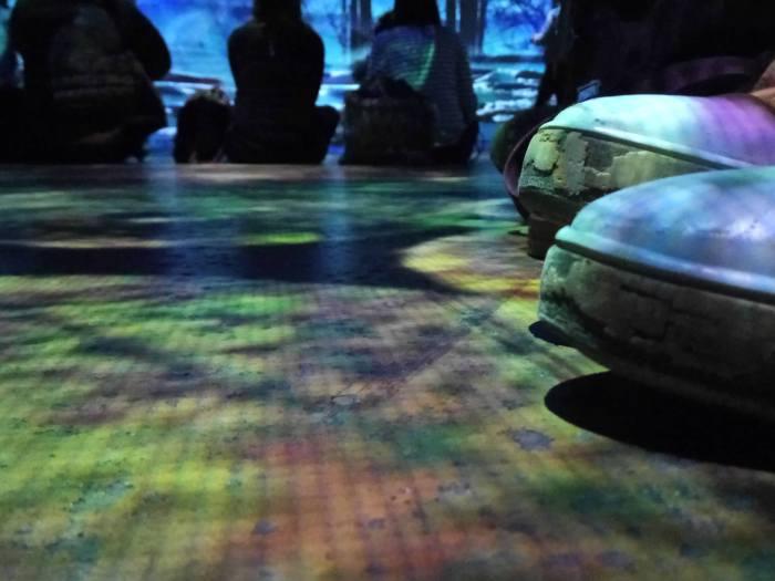 Dans le hall de l'Atelier des Lumières.